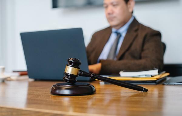 A imagem contém um juiz em seu local de trabalho após ser aprovado em um concurso público para Direito.