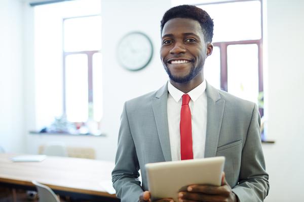 A imagem contém um advogado com seu tablet analisando um processo, ressaltando a importância da relação entre Direito e tecnologia.